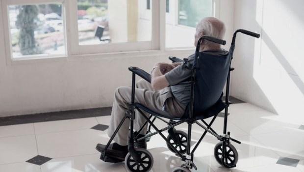 他放火燒棉被,被兒子送進安養院…一個失智老人的唯一心願:「我想回家,吃年夜飯...」
