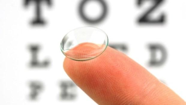 戴隱形眼鏡前,一定要用食鹽水沖過!台大眼科醫師:隱形眼鏡該注意的10件事