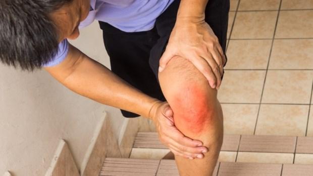 總覺得關節卡卡還會痛?物理治療師教你「退化性關節炎」6動作,強化肌力改善膝蓋痛
