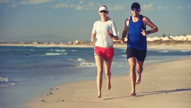 長年穿鞋,弱化了腳掌肌肉!「赤腳跑步」鍛鍊腳底板肌力,保護足部少受傷