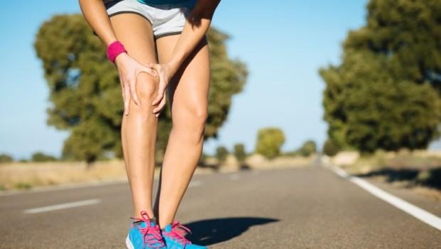 膝蓋發出喀喀聲、走樓梯更痛?免吃藥,運動醫師教你:一個動作預防「跑者膝」
