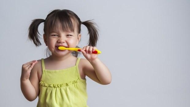 孩子刷牙該用牙膏嗎?吞下去怎麼辦?兒科醫師告訴你:幼兒正確刷牙指南