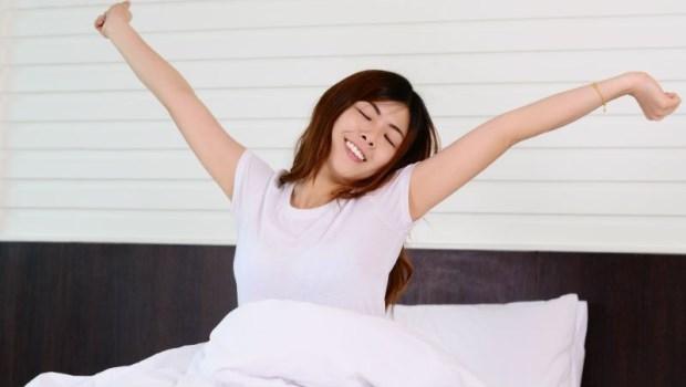 10人只有1個是天生「早鳥」!睡眠博士:這樣照「藍光」,讓你早上自動醒過來