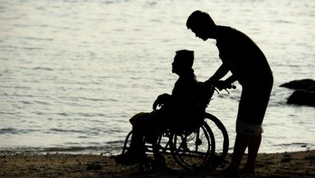 大兒子好手好腳卻只顧自己,腦麻兒獨自照顧中風老母,醫師感動:我看過最孝順的兒子