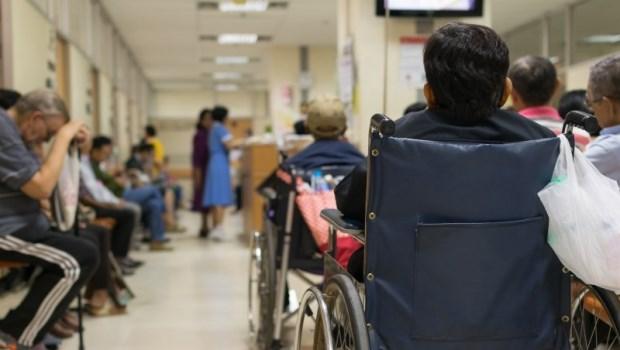排掛號、等看診、領藥久...不想花一整天看病,帶長輩看醫師,你該考慮掛「這一科」