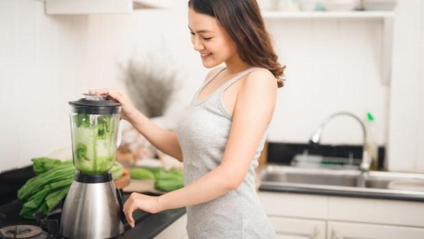 只用清水洗「果汁機」是不夠的!不想果汁變細菌水,2個清洗方法快學起來