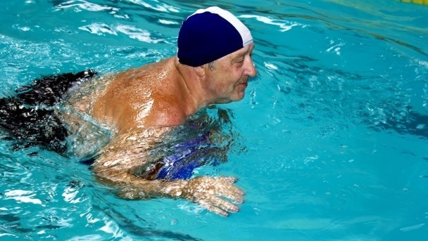 游泳是最好的膝蓋復健運動?骨科醫師提醒:沒注意這件事,小心更傷膝