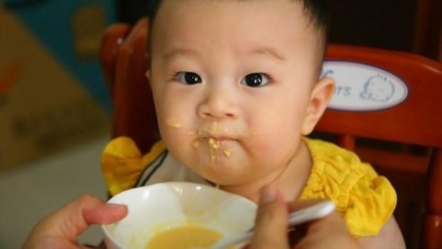 大骨湯很營養、便秘就要狂灌水...兒科醫師列舉,爸媽常有的「10大副食品錯誤觀念」