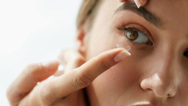 隱形眼鏡卡在眼睛不見了,該掛急診嗎?眼科醫師教你:什麼時候要掛眼科急診