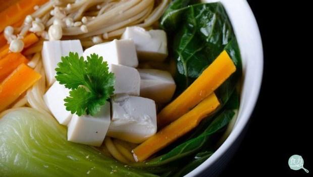 喝青菜豆腐湯會導致腎結石?別被騙了!營養師:喝●●水還能預防結石