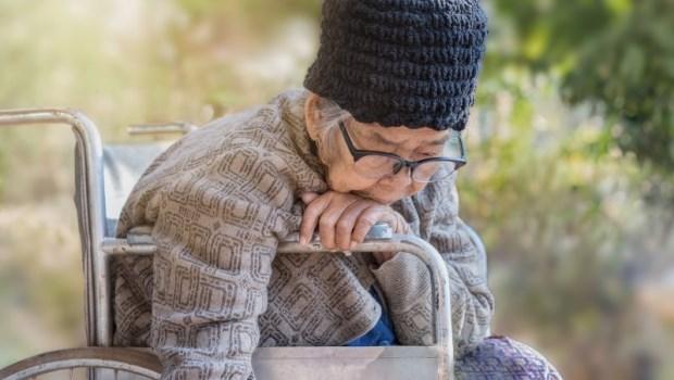93歲媽媽半夜每小時就響起的呼叫鈴,對72歲的我來說就像奪命連環叩...老老照護的悲歌