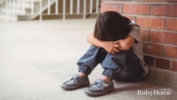 「你要主動,不能老是被動啊!」當孩子在班上被孤立,爸媽千萬別說出口的3句話