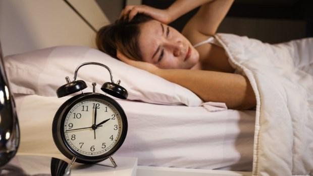 想睡卻睡不著...失眠讓高血壓、心肌梗塞都來了!不吃藥,做「手舉高」動作馬上一夜好眠~