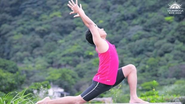 「骨盆歪斜」腰背痛、脊椎側彎通通來!一個動作拉開髖關節,消除下半身緊繃水腫