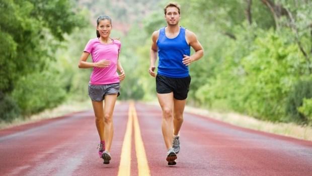 跑步後,膝蓋痛、小腿僵硬...問題出在「足弓」!運動醫師:4動作預防「膝關節退化」