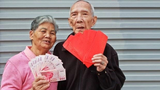 看緊家中長輩的荷包!最容易「騙老人錢」的7種人:健康器材業者、婚姻騙子...