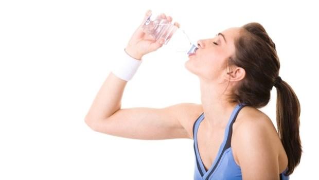 大口灌冰水讓你的內臟都受寒!喝水時加點●●,保養子宮、消除身體寒氣