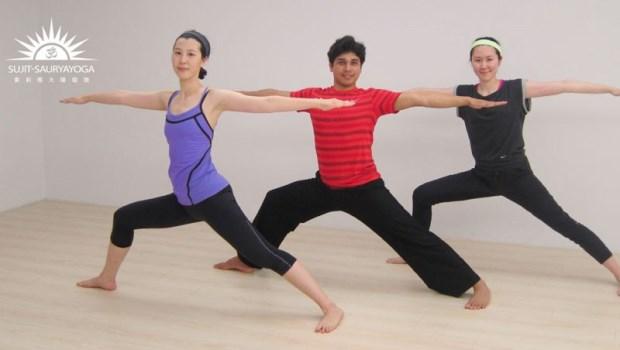 省下按摩錢!筋骨硬也能做的瑜珈:一張椅子轉轉身體,揮別背痛與小腹