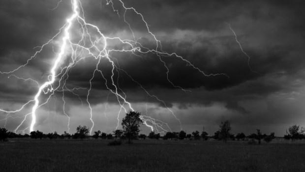 打雷時,該如何避免電磁波燒壞家電用品?雷雨季,你一定要知道的7件事