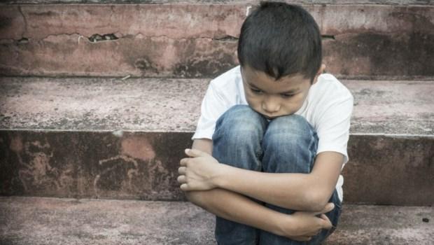 小男孩被揍出黑眼圈,卻不願意離開施暴壞爸爸...「家暴」往往是一個家族代代相傳的議題