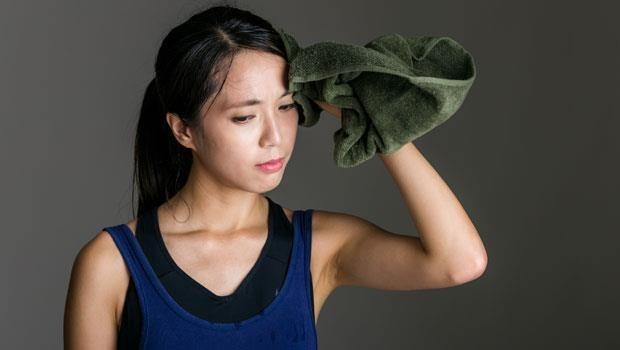 走一下路就滿身大汗?這是「心氣虛」徵兆!中醫師:3種酸酸的食物能養心