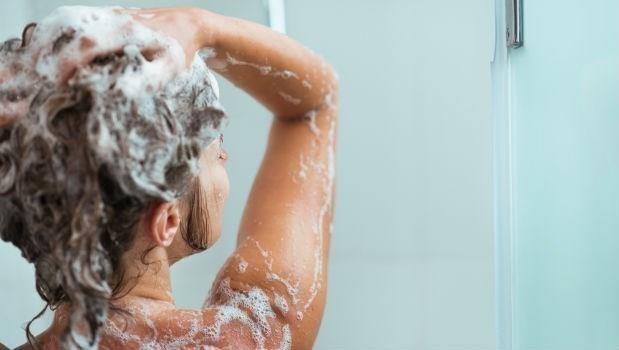 電風扇吹頭髮大NG!洗頭也要挑時間,夏天一定要知道的3個傷髮壞習慣