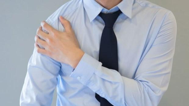 肩膀有「喀喀聲」,別不當一回事!復健科醫師:如果有手麻症狀,當心是...