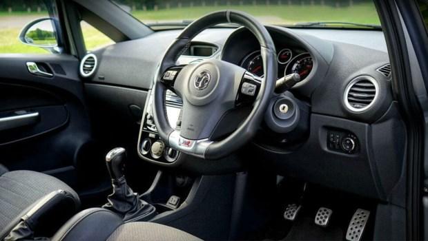 網路流傳「進入車內一定要先開窗、暖車3~5分鐘,不然會致癌...」是真的嗎?