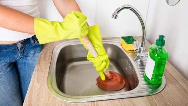廚房水管被油垢塞住了,用「疏通劑」有效嗎?中興環科博士:2個嚴重後果,你不能不知道