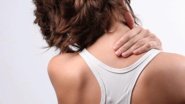 肩膀僵硬,連睡覺都無法放鬆...關鍵在「頭」的位置錯了!一個動作防止頸肩疼痛