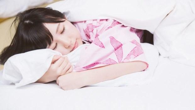 腰痠背痛睡不好,竟然屈膝就能改善!物理治療師的「速效拉筋法」讓你不換床也能睡飽睡好