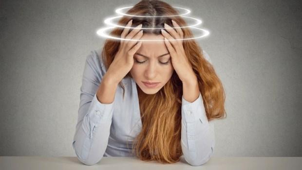 頭暈別只用「工作壓力太大」帶過,有這7個其他症狀就該去看看醫生了!