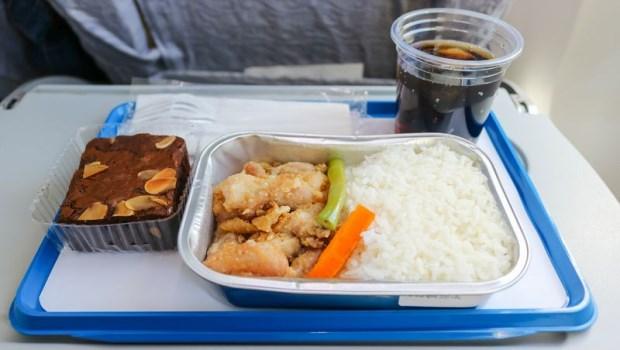 飛機餐吃不飽怎麼辦?正副機師不能吃一樣的菜?關於飛機餐不可不知的6個冷知識