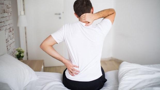 老是睡不好、醒來肩頸酸又痛?復健科醫師:別再錯怪枕頭,是「肌筋膜」出問題了!
