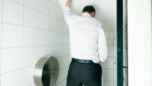 尿尿味道很臭?小心膀胱發炎了!泌尿科醫師:5種尿味,找出身體病症