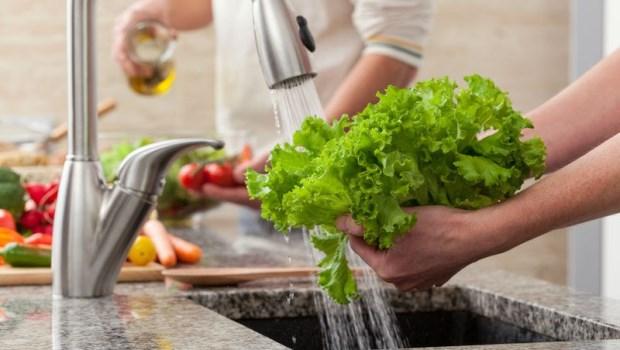 洗米水、鹽水都沒用!台大化工博士教你:怎麼「洗蔬果」才能避免農藥殘留