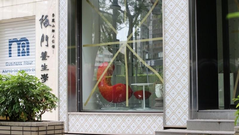 防颱玻璃貼膠帶是錯的!不想被碎玻璃插成刺蝟,專家建議:多做這個動作保護自己