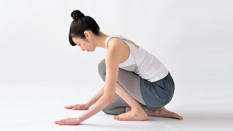 伸展就是最好的保養!健身教練教你「跪坐伸展」,改善腳底板痛、預防拇指外翻