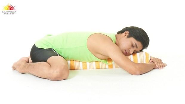 每次生理期必經痛?這樣趴在枕頭上,按摩子宮卵巢、促進血液循環不疼痛
