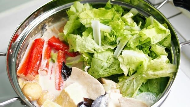 網路瘋傳「火鍋燙過綠色蔬菜的湯水,不宜拿來喝,避免硝酸鹽...」是真的嗎?