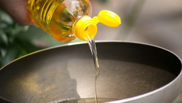 油鍋加熱到冒煙,你吸到的都是致癌煙霧!比起豬油、大豆油,這4種油才適合高溫烹調
