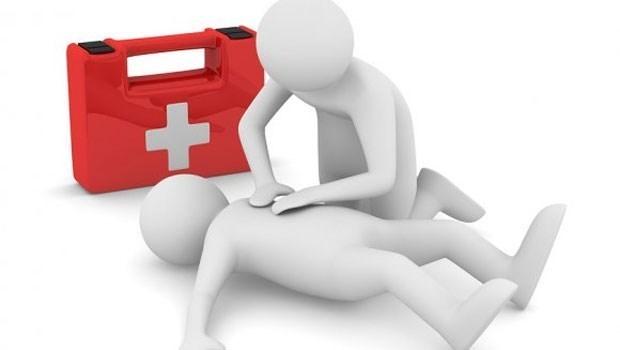 心臟名醫魏崢用4個原因告訴你:為什麼CPR可以「趴著做」!