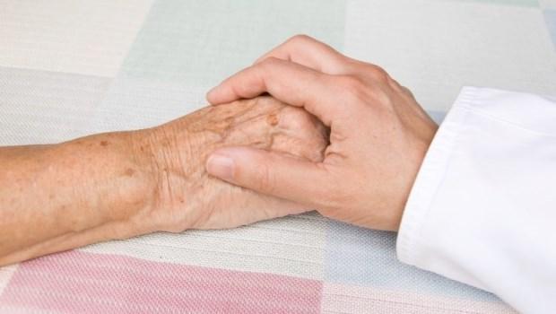 不談「死」卻能跟病人聊「死前準備」...面對家屬要求不能說病情,這位醫師選擇這樣和病患聊「死亡」
