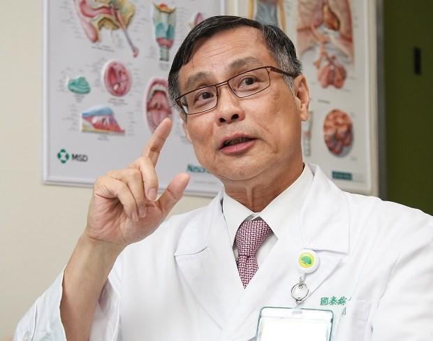 蔡俊明退休後仍然繼續看診,和病患一起對抗肺癌「不退不休」。