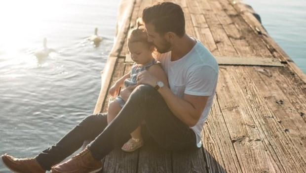 從忍住不把哭鬧的孩子扔出去,到願意替他擋下一切傷害...一位爸爸的驚覺:父愛是後天學的