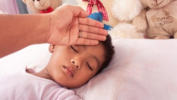 2~5歲是小孩最容易發燒的年紀!兒科醫師教你判斷:哪種情況要保暖、哪種要降溫?