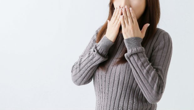 打嗝打不停?按壓耳後「這個地方」就能立即止嗝,還能促進淋巴循環、消浮腫