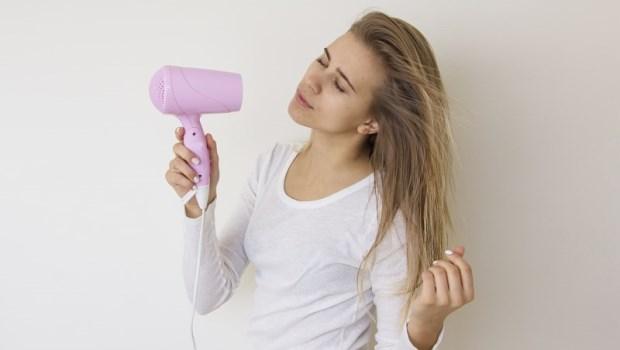 洗完頭用冷風吹頭髮,會造成頭痛?醫師破除迷信:這只能代表一件事...