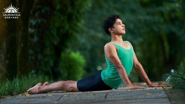 一個枕頭就能改善肩頸痛!印度瑜珈冠軍:4個動作,擺脫長期肩頸痛、增加肺活量