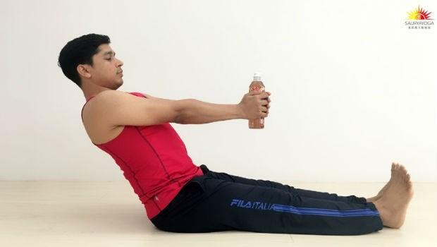 印度瑜珈冠軍:3分鐘「寶特瓶瑜珈術」不只瘦手臂,還能改善肩頸僵硬